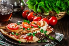 Omeleta com bacon e tomates fotos de stock royalty free