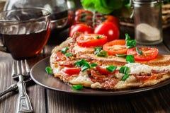 Omeleta com bacon e tomates foto de stock royalty free