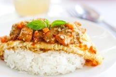 Omeleta com galinha do incêndio e arroz cozinhado Imagem de Stock