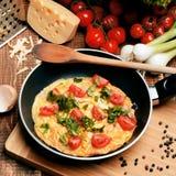 Omeleta com presunto, tomates e chees na frigideira Imagens de Stock Royalty Free