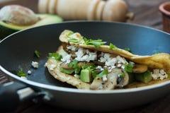 Omeleta com salsa e abacate Fotografia de Stock