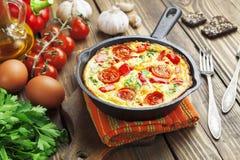 Omeleta com vegetais e queijo. Frittata imagens de stock