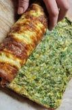 Omeleta da asseguração com as ervas no rolo fotografia de stock