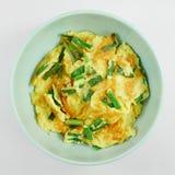 Omeleta das cebolas verdes na bacia verde Foto de Stock Royalty Free