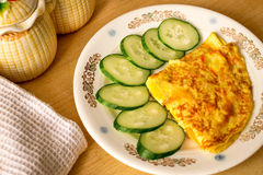 Omeleta deliciosa com sucos vegetais foto de stock