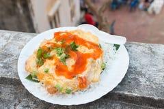 Omeleta do arroz com molho de pimentão foto de stock royalty free