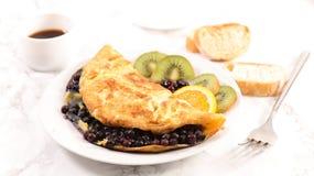 Omeleta do mirtilo fotografia de stock royalty free