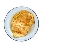 Omeleta do ovo na placa cerâmica Isolado no fundo branco com c Fotos de Stock