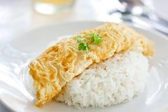 Omeleta e arroz cozinhado Imagens de Stock Royalty Free