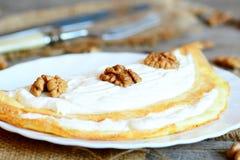 Omeleta enchida deliciosa Omeleta feita com ovos e enchida com requeijão e nozes fotografia de stock