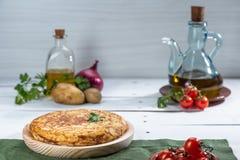 Omeleta espanhola tradicional na tabela de madeira fotografia de stock royalty free
