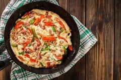Omeleta fresca com bacon e pimenta de sino fotos de stock