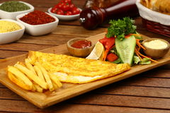 Omeleta na placa de madeira fotografia de stock