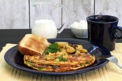 A omeleta ocidental, o brinde, as batatas fritas caseiras e o café tomam o café da manhã Imagens de Stock Royalty Free