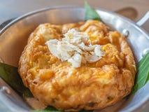 Omeleta tailandesa saboroso do estilo com carne de caranguejo na parte superior na bandeja imagem de stock royalty free