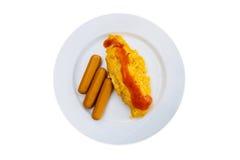 Omeletbovenste laagje met Spaanse pepersaus en worsten Royalty-vrije Stock Fotografie