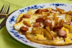 Omelett用油炸物和香肠 免版税库存照片