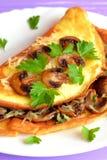 Omelett angefüllt mit gebratenen Pilzen und Käse Köstliches Omelettrezept Einfaches Eilebensmittel Vegetarisches Rezept Stockfotos