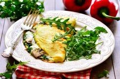 Omelett angefüllt mit Spinat und Pilzen Stockbilder