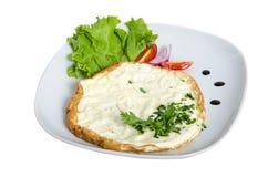 Omelett auf der weißen Platte lokalisiert mit Salat und Tomate stockbild