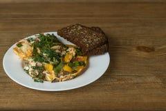 Omelett auf einer Platte auf einem Holztisch Lizenzfreie Stockbilder