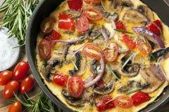 Omelett, das in der Bratpfanne-Draufsicht kocht Lizenzfreie Stockfotografie