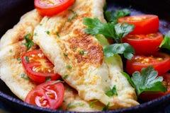 Omelett in der Bratpfanne lizenzfreie stockfotos