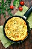 Omelett in der Bratpfanne, Draufsicht Stockbild
