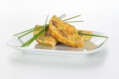 Omelett gedient mit Schnittlauch Stockbild