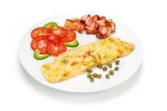 Omelett med baconskivabunten Arkivbilder
