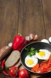 Omelett med bröd, tomater och spansk peppar i kastrullpanna royaltyfria foton