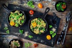 Omelett med broccoli och grönsaker Arkivfoton