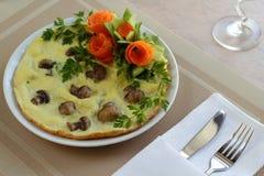 Omelett med champinjoner och grönsaker Fotografering för Bildbyråer