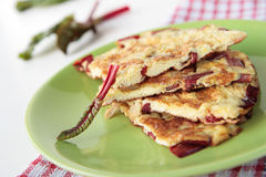Omelett med den röda charden på den gröna plattan Fotografering för Bildbyråer