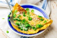 Omelett med gröna ärtor, parmesan och mintkaramellen Arkivbilder