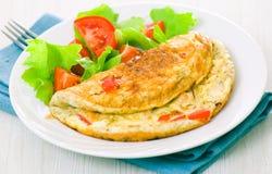 Omelett med grönsaksallad Royaltyfri Foto