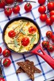 Omelett med körsbärsröda tomater Royaltyfria Bilder