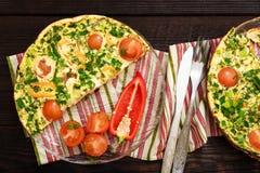 Omelett med körsbärsröda tomater, söt peppar och örter för 2 personer Royaltyfria Bilder