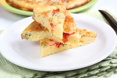 Omelett med ost, tomaten och dill Arkivfoto