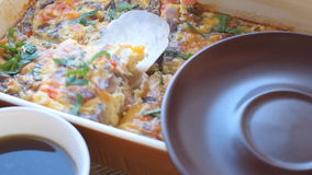 Omelett med skinka och ost i en stekhet form arkivfilmer
