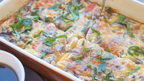 Omelett med skinka och ost i en stekhet form lager videofilmer