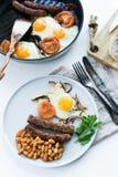 Omelett med tomater p? en gr? platta p? en vit bakgrund arkivfoton