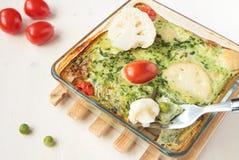 Omelett mit Blumenkohl, Spinat Stockfotos
