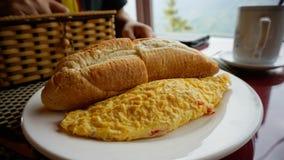 Omelett mit Brot auf weißer Platte Stockfoto