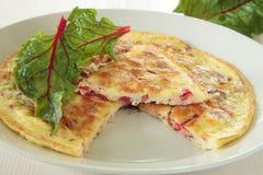 Omelett mit einem roten Mangoldgemüse Lizenzfreie Stockbilder