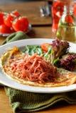 Omelett mit gehacktem Schinkenkopfsalat und -tomaten Lizenzfreies Stockbild