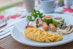Omelett mit Gemüsesalat und Hotdogen auf weißer Platte Stockfotografie