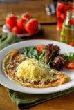 Omelett mit Käsekopfsalat und -tomaten Stockfoto