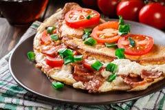 Omelett mit Speck und Tomaten Lizenzfreie Stockfotos