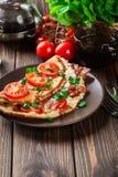 Omelett mit Speck und Tomaten Lizenzfreie Stockbilder
